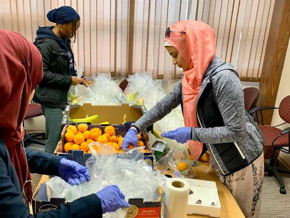 Youth volunteering with MAC Give Foodshare