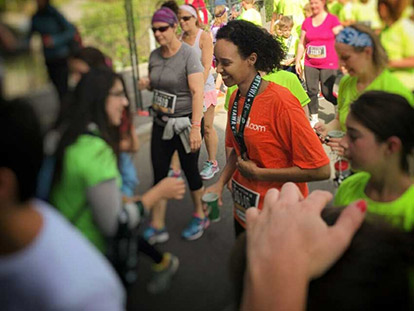 Raysso Aden receiving her medal at the 2015 Ottawa Race Weekend.