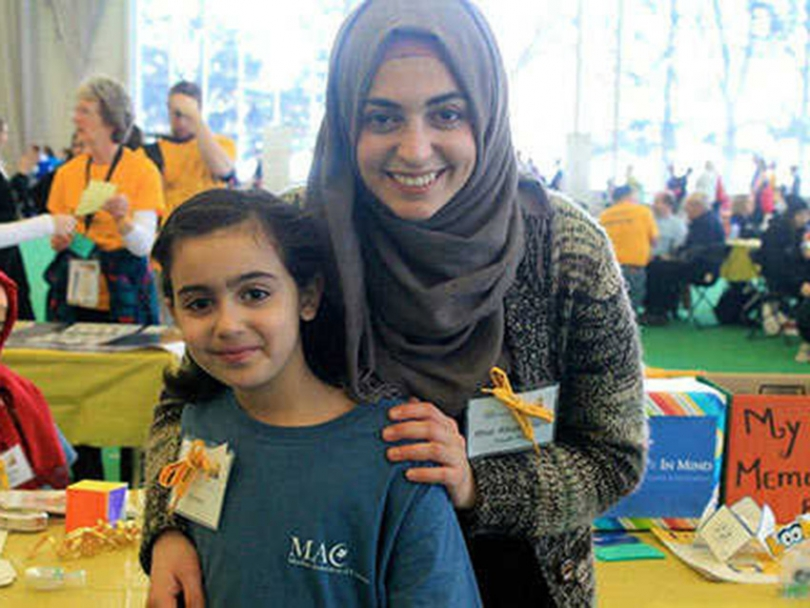 Ithar Abusheikha and a young volunteer