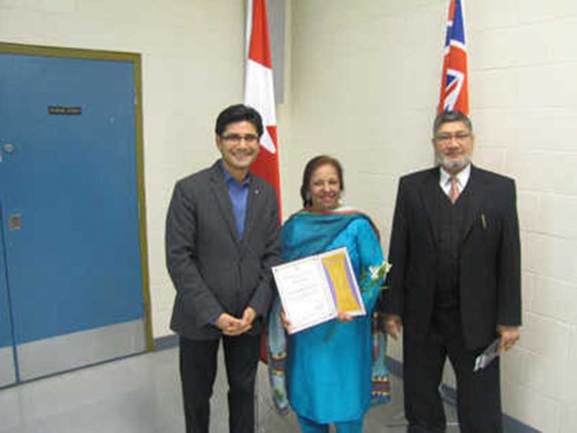 From right to left: MCC-NCR President Mohammed Zakaria Khan, award recipient Sarwat Humayun and Ottawa-Center MPP Yasir Naqvi.
